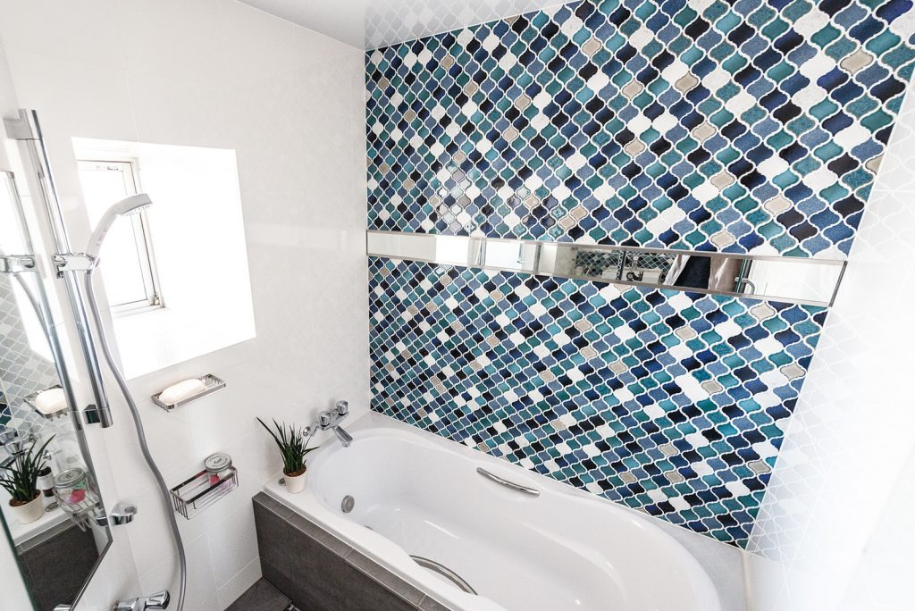 CASE-8 明るい白とモザイクタイルで心躍るバスルーム